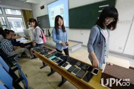 大学上课玩手机的人多吗 大学上课玩手机有什么影响